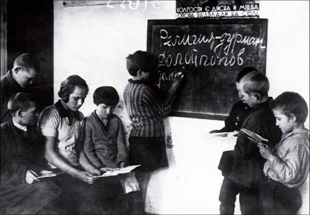 Пионеры на уроке атеизма. 1930-е гг.