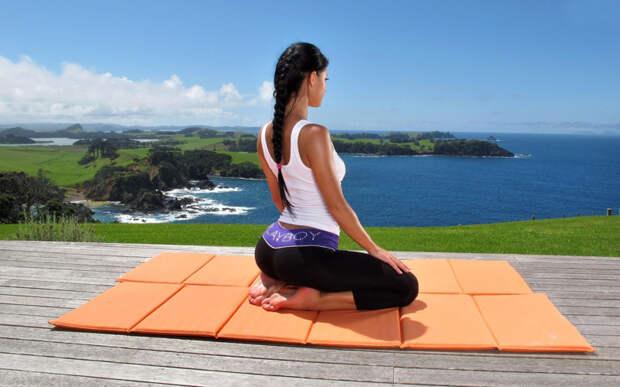 Йога для начинающих: пять асан для бодрого начала дня видео, девушки, для начинающих, йога, пять асан, спорт