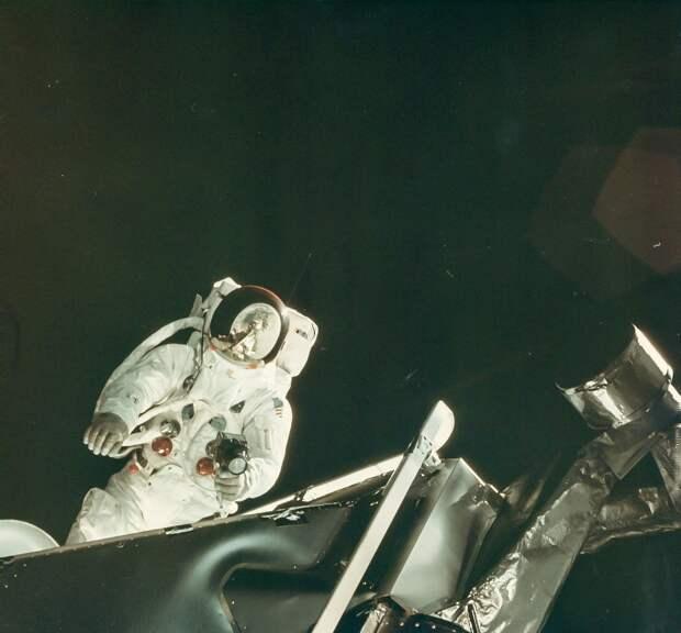 1969, 7 март. На четвёртые сутки полёта был запланирован выход Швайкарта в открытый космос. На снимке Рассел Швайкарт за пределами Лунного Модуля