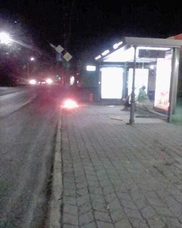 Слух дня: В Симферополе бездомные жгут костры на остановках общественного транспорта (ФОТО)