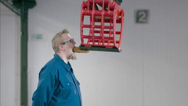 Экскаватор научили готовить хот-доги