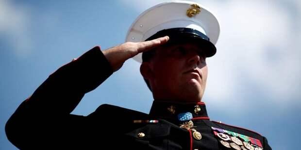 Почему военные прикладывают руку к голове