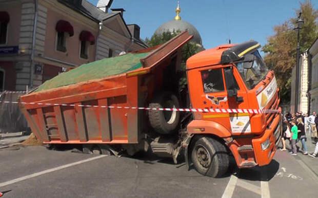 В центре Москвы грузовик провалился под землю