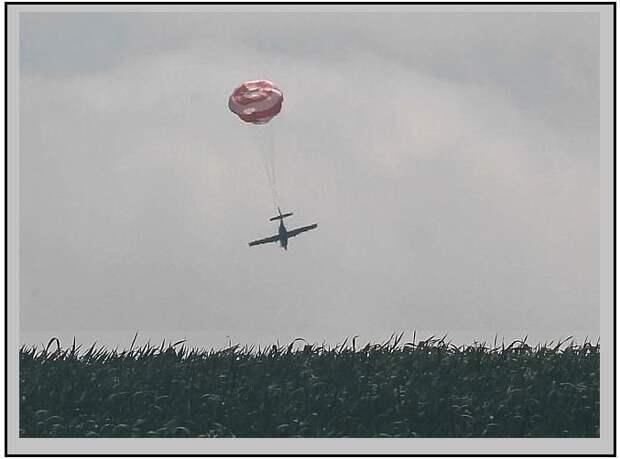 Необычная  посадка самолета на  парашюте