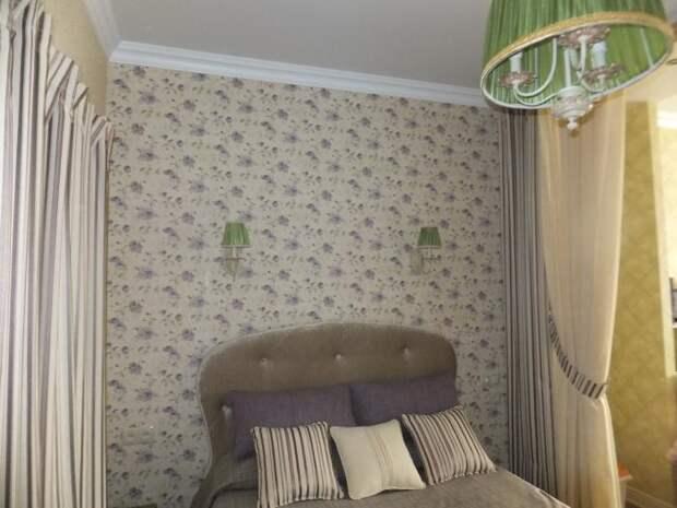 Интерьер спальни в светлых тонах, зеленая люстра в спальне