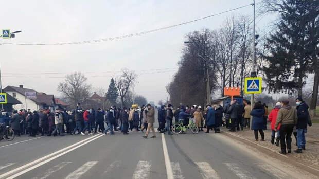 Украинцы перекрывают дороги, митингуя против повышения тарифов на ЖКУ