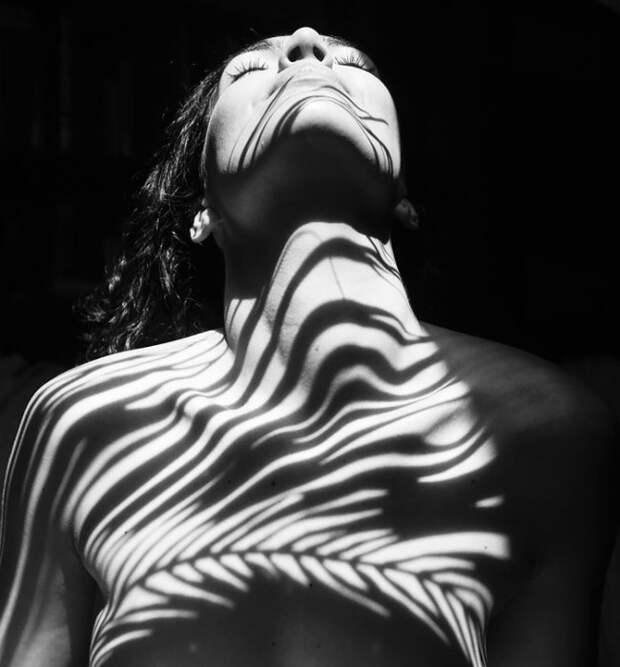 Одетые в тени: интригующие женские фото в стиле ню