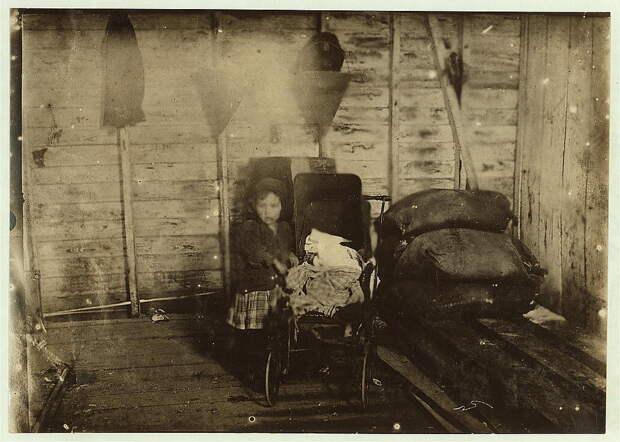 18. 4-летняя Мэри Дэвис в те дни когда не работает, ухаживает за больных ребёнком (вероятно братом или сестрой). Луизиана. 1911 год. америка, дети, детский труд, история