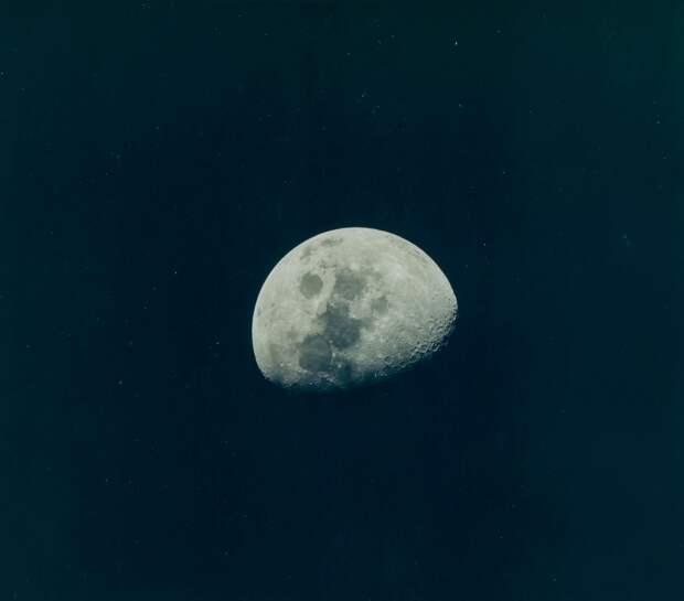 1969. май. Траектория полёта корабля к Земле была очень близка к расчётной. Из трёх возможных коррекций решили провести только одну. Она была осуществлена в 188 часов 49 минут 56 секунд полётного времени путём включения вспомогательных двигателей КМ
