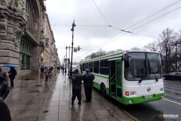 Генеральная уборка. Невский и Дворцовую заняли поливальные машины и автобусы Росгвардии