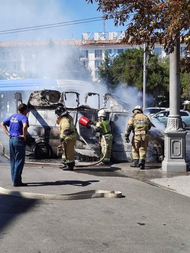 В Севастополе потушили пылающий микроавтобус