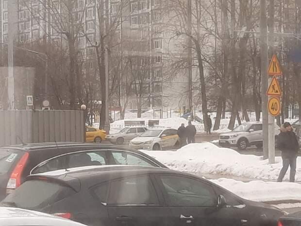 В повороте с Дмитровки сошлись такси и кроссовер