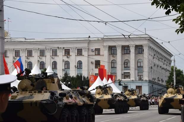 «Хризантемы», «Панцири» и БТРы: как прошел парад в Симферополе
