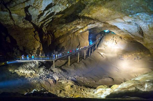 Новоафонская пещера в Абхазии, в которую можно попасть по железной дороге