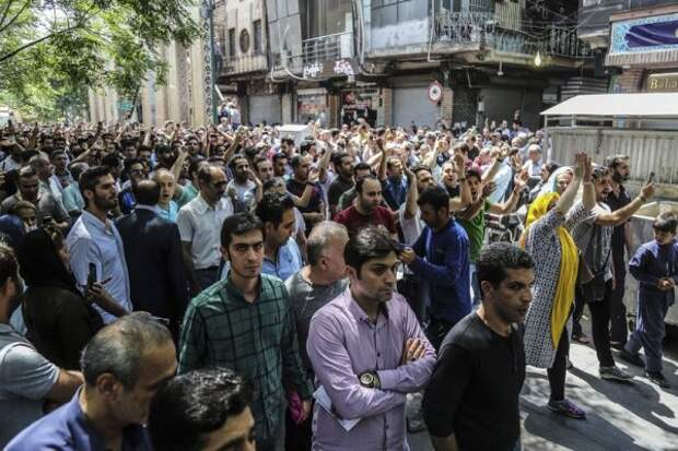 СМИ: Полиция Тегерана разогнала акцию протеста местных торговцев
