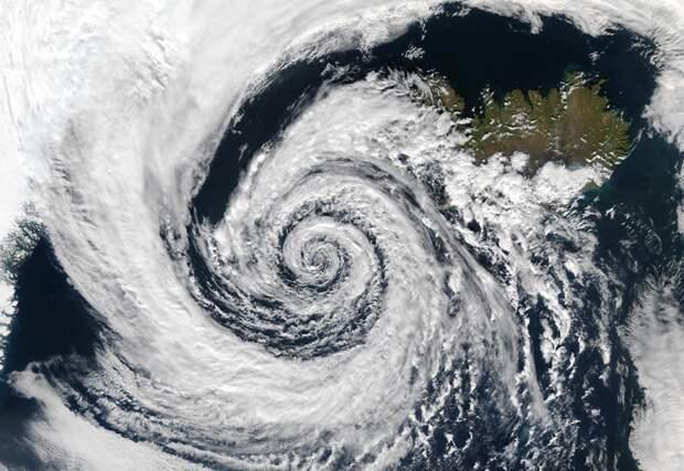 Low_pressure_system_over_Iceland.jpg