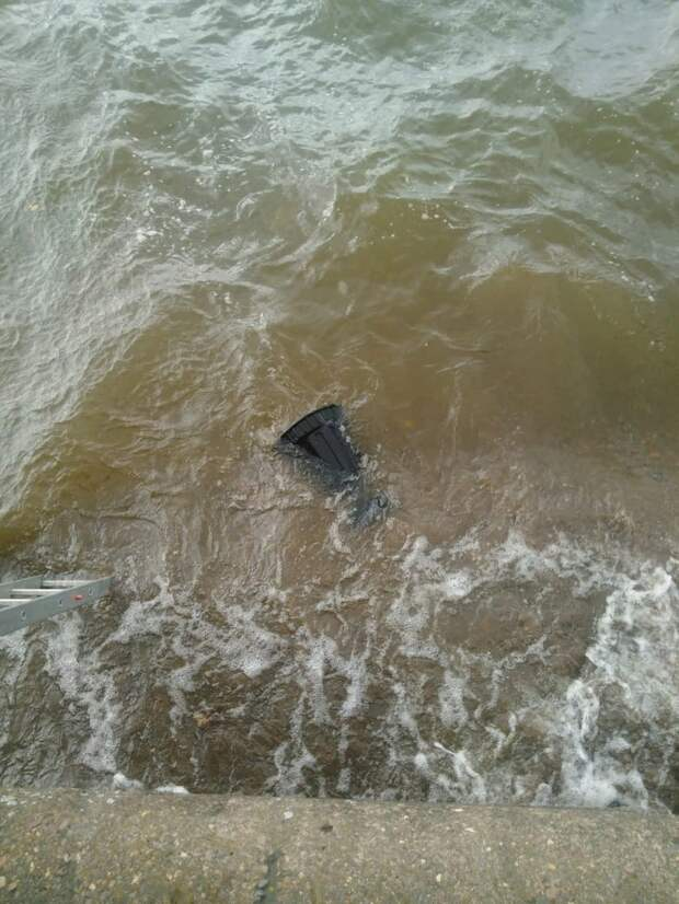 Воткинские подростки получили штрафы за выброшенные в пруд чугунные урны
