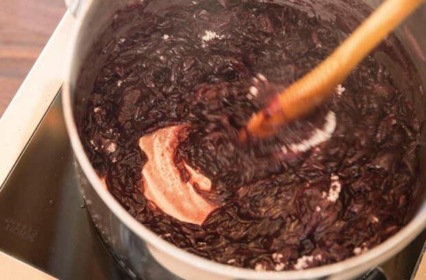 Луковый соус к любому блюду: режем красный лук и варим