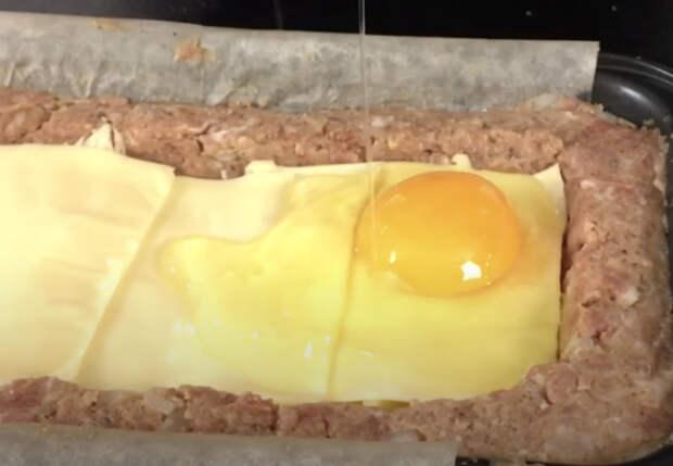 Котлета на всю сковороду для ленивых: выкладываем фарш в форму, а в центр кладем начинку