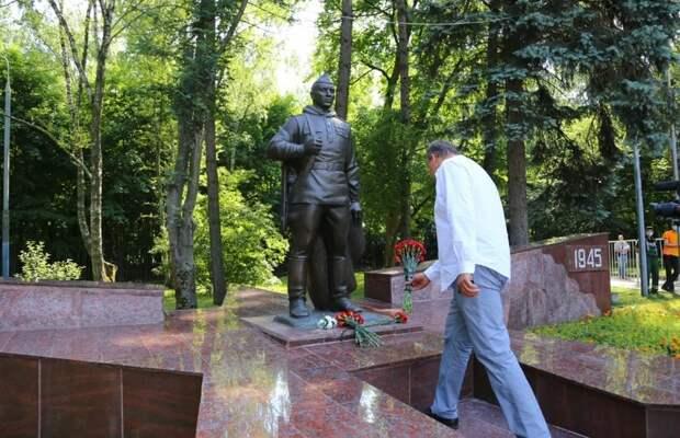 Отреставрированный памятник «Воину-Победителю» открыли в Кузьминках при поддержке Петра Толстого. Фото: Александр Чикин