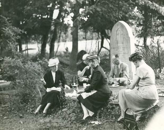 4 странных фото о том, как американцы тусовались на кладбищах в 19 веке