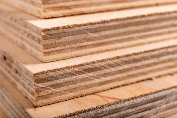 фанерные панели укладываются друг на друга. материалы для плотников для строительства мебели. темный фон. - доски стопкой стоковые фото и изображения