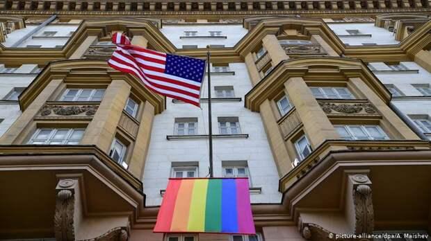 Символ ЛГБТИ-сообщества на фасаде американского посольства в центре Москвы