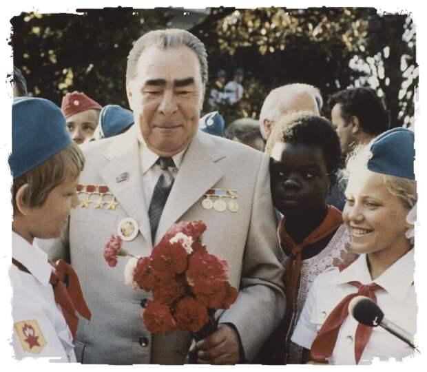 Леонид Брежнев в детском лагере « Артек ». Крым, СССР. 1979 год