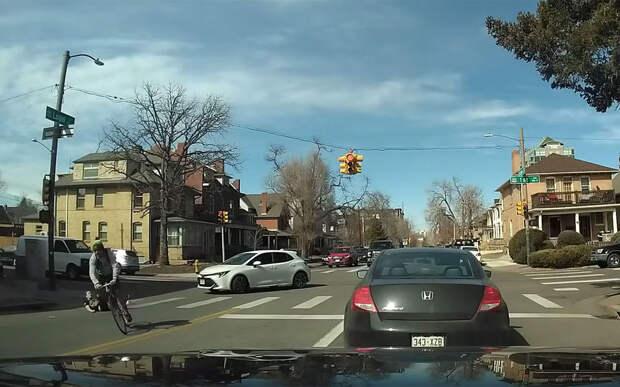Не туда смотришь: машины пропустили пешехода, но его все равно сбили
