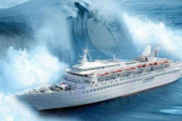 Пассажиры сняли как круизный лайнер качает в 9-балльный шторм