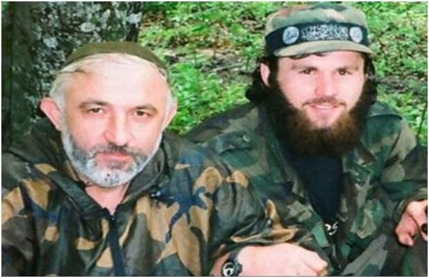 """Рядом с Асланом Масхадовым (слева) вероятно Зелимхан Хангошвили (справа) чувствовал себя вершителем судеб. Он и представить себе не мог, насколько """"не героический"""" конец его ожидает."""