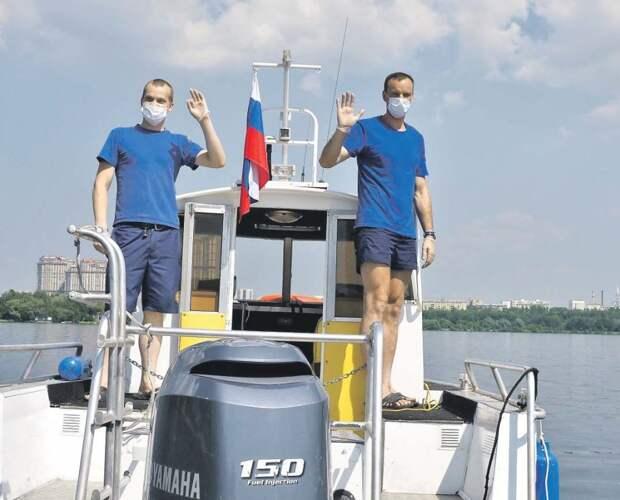 Владимир Ерошин (справа) и Александр Гормашов вытащили парня из воды/ Ольга Чумаченко