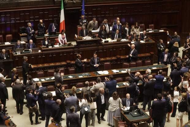 Белый щит, красная роза, зелёный плющ. Буйство красок итальянской политики