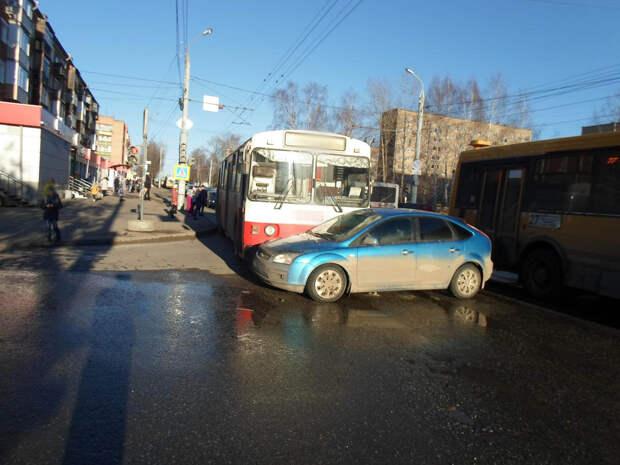 Школьница пострадала при столкновении троллейбуса и легковушки в Ижевске