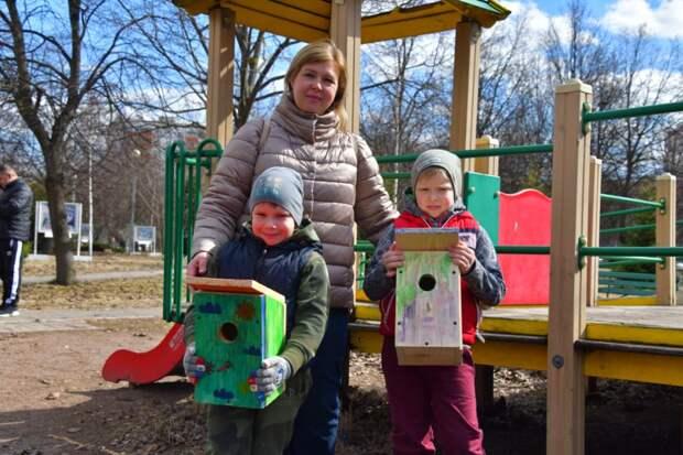 Дети из многодетных семей на улице Героев Панфиловцев развесили скворечники