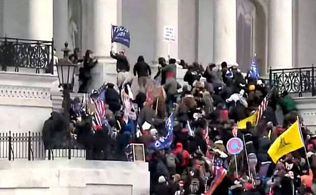 Протестующие штурмуют здание Конгресса США в Вашингтоне