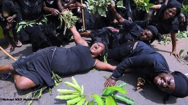Слезы заденьги: кто такие профессиональные плакальщицы Ганы