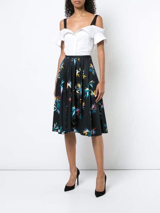 Красивая блузка, сшита так, что имитирует переделку пары рубашек