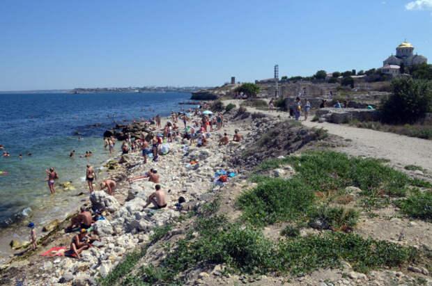 Первое место среди основных раздражителей севастопольцев на пляже занимают грубые туристы, выпивающие спиртные напитки