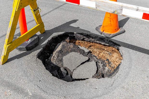 На Кашенкином Лугу ликвидировали провал грунта на тротуаре