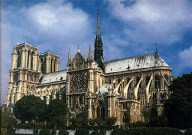 Северная сторона собора Парижской Богоматери с витражами на окнах-розетках. XIII в.