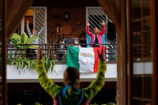 На карантине люди тусуются на балконах. Вот 5 самых душевных фото