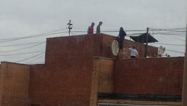Подростки проникли на крышу 10‑этажного дома в Климовске