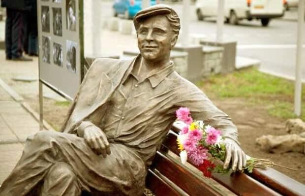 Памятник Саше Савченко в Запорожье | Фото: kvitka-stepnay.livejournal.com