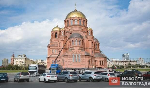 ВВолгограде перед храмом Александра Невского собирают сцену для патриарха