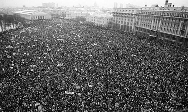 Сегодня день России, главный праздник нашей страны. Это день, когда избранные людьми депутаты распрощались с Советским Союзом — с КГБ и цензурой, с пустыми полками и закрытыми границами. И подарили нам новую Россию.  Если вы празднуете вместе с нами, поделитесь этой фотографией с друзьями. Это митинг оппозиции на Манежной площащи в феврале 1990 года. Туда пришел миллион человек