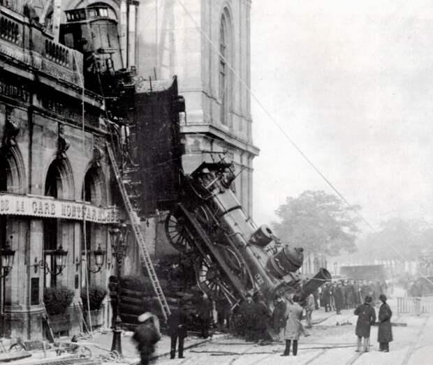 Поезд, который «выпал» из вокзала: 4 самые нестандартные транспортные аварии