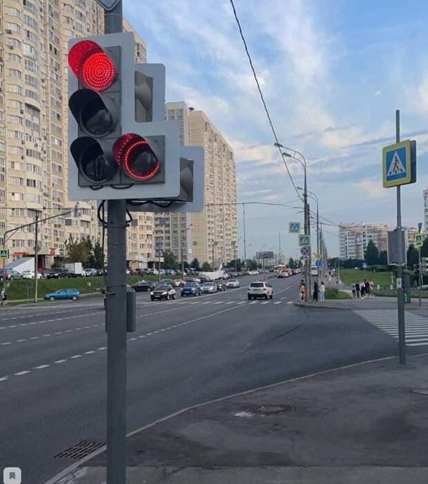 Возле школы №1387 демонтировали экспериментальный светофор