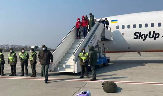 «Говорят, что объявят нас террористами»: прилетевших с Бали украинцев заперли в самолете