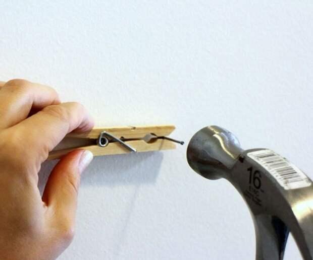 27. Спаси пальцы - используй прищепку, забивая мелкие гвозди гениально, для дома, идеи, подборка, полезное, полезные идеи, советы, хитрости